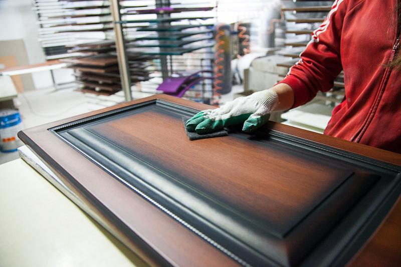 Столичную мебель с «запахом» проверили на формальдегид