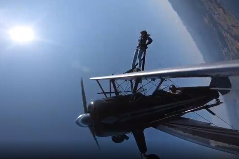 Казахстанка «прогулялась» по крылу летящего самолета