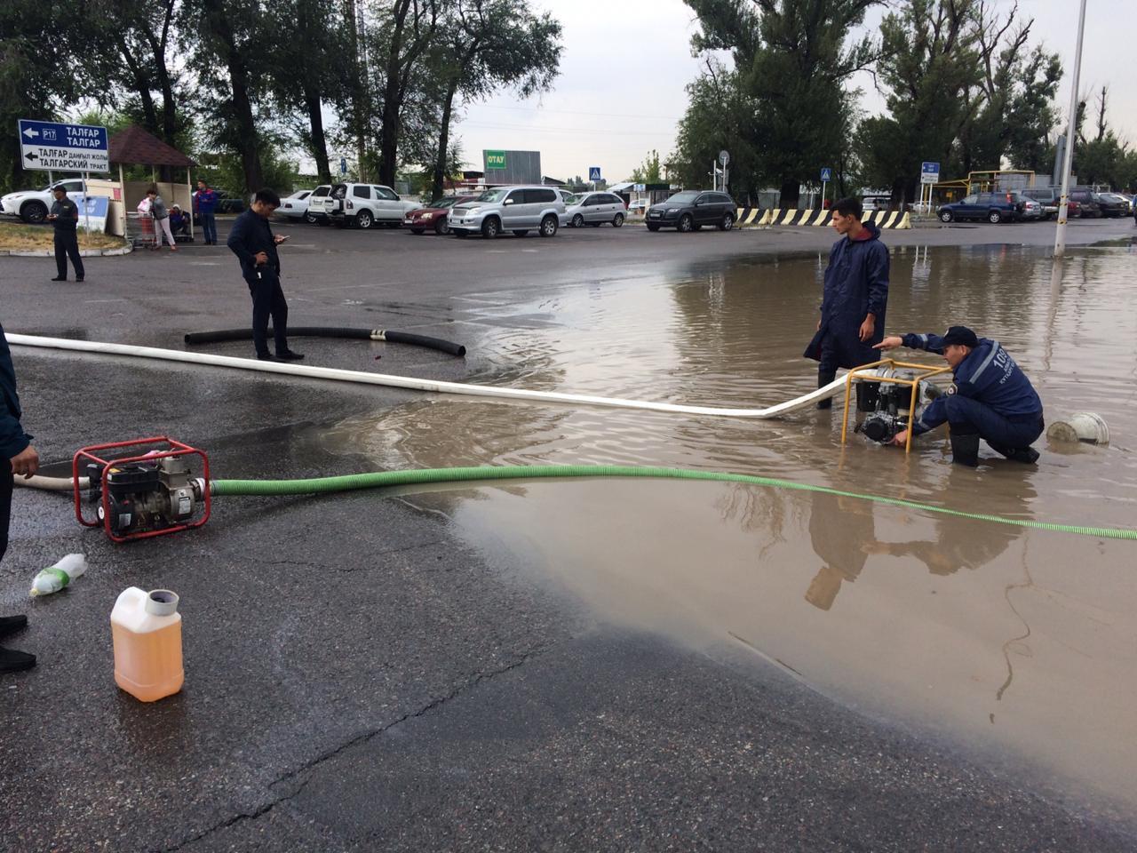 В Алматы снова потоп: работы по откачке воды продолжаются