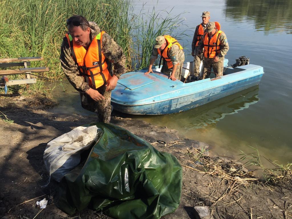 Казахстанцы собрали сотни километров сетей и тонны мусора в озерах страны