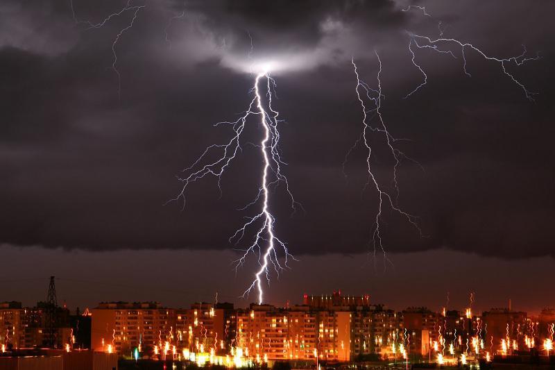 Штормовое предупреждение объявили в нескольких регионах страны