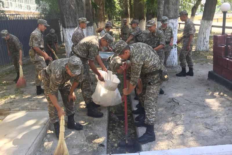 #БіргеТазаҚазақстан: военнослужащие РгК «Юг» с семьями вышли на очистку рек