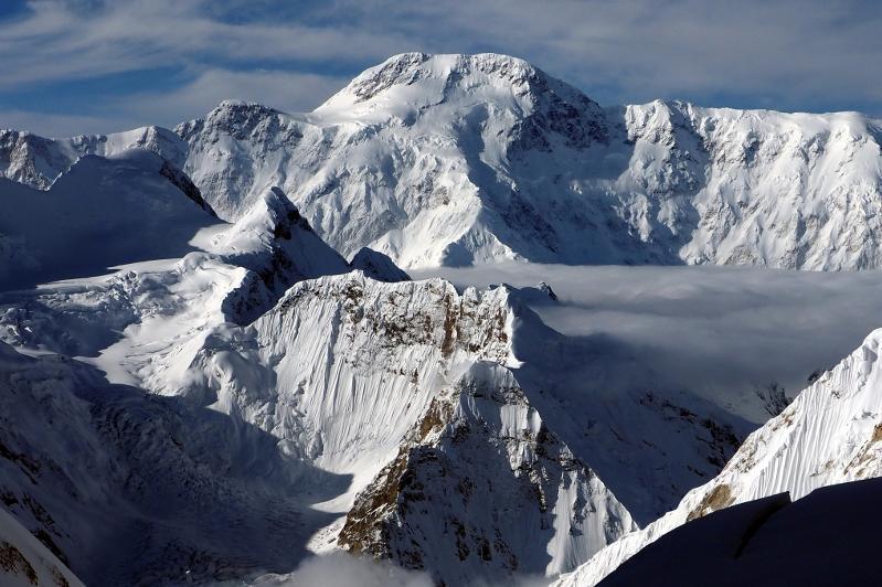哈萨克斯坦登山者被困托木尔峰 一人死亡