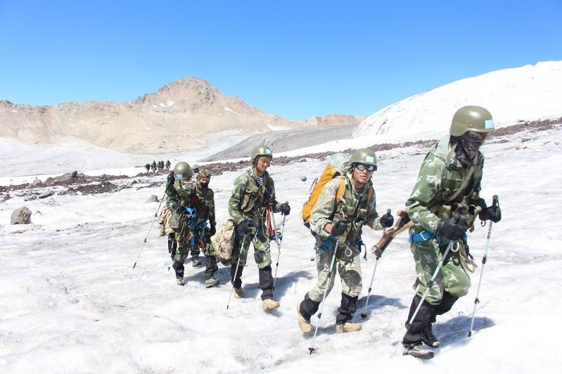 国防部搜救团队启程 全力营救被困登山者