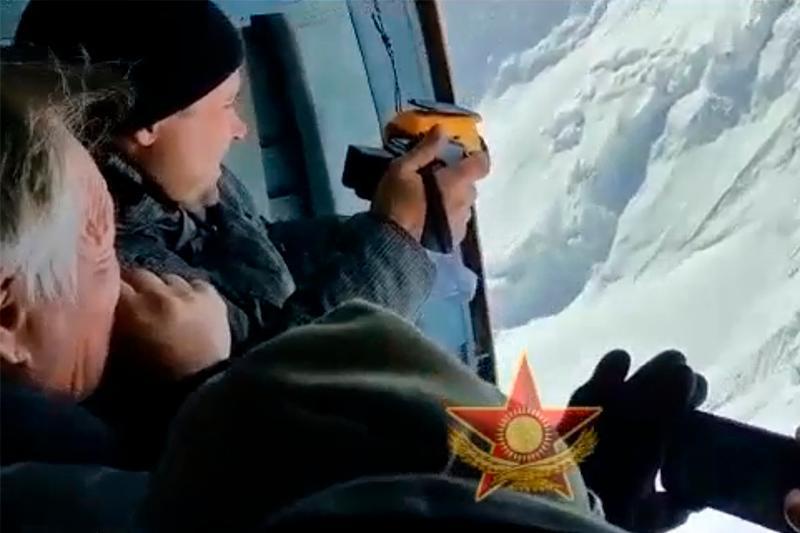Казахстанские военные совершили облет пика Победы в Кыргызстане в поисках альпинистов