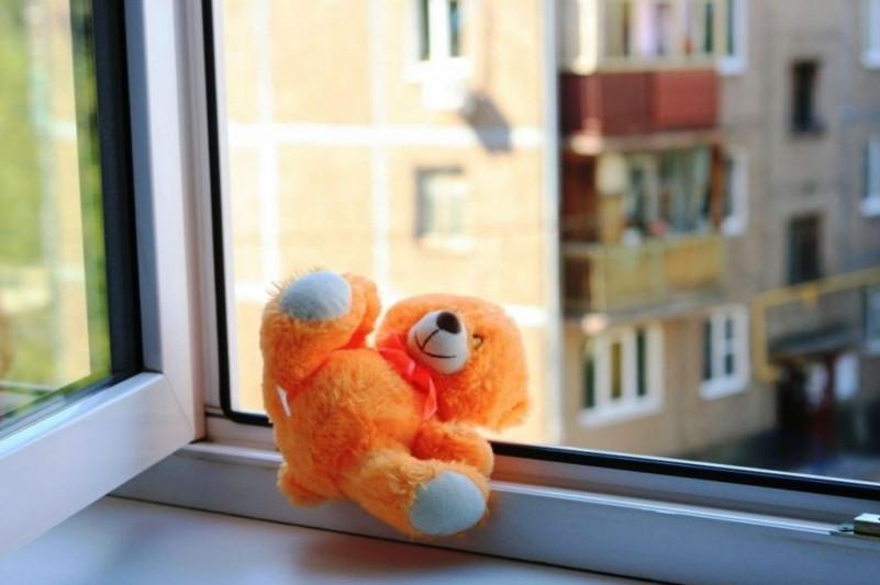 Двухлетний ребенок выпал из окна в Северо-Казахстанской области