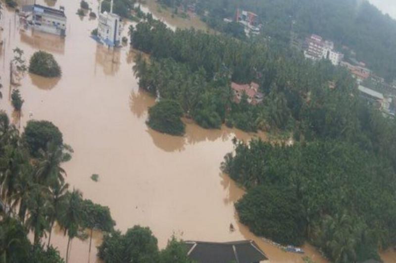 印度北部洪水泛滥多处山体滑坡