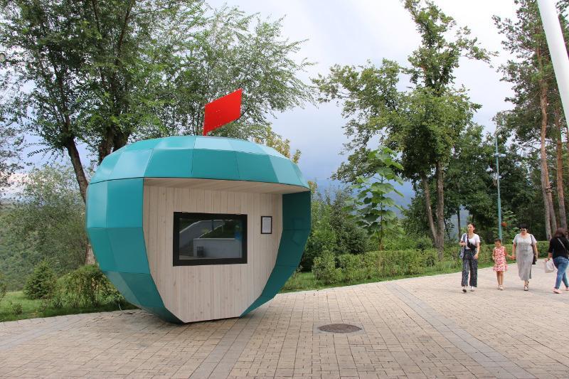 Новый арт-объект в виде яблока появился в Алматы