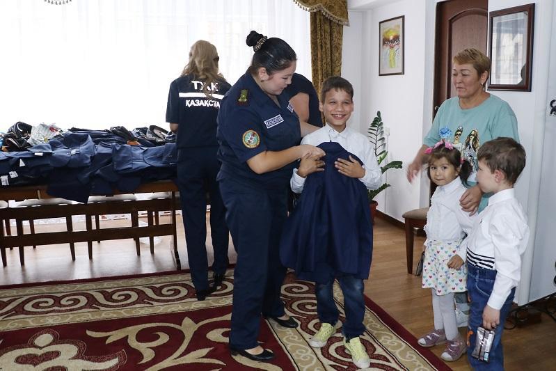 Воспитанников детского дома обеспечили школьной формой спасатели Алматы