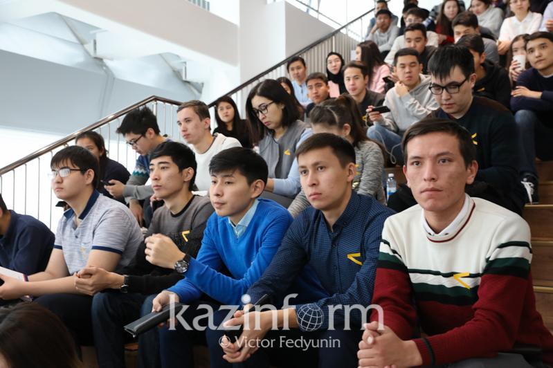 Nursultan Nazarbaev jastar jaıly: Jaqsyraq jumys isteıtinin kórip otyrmyz
