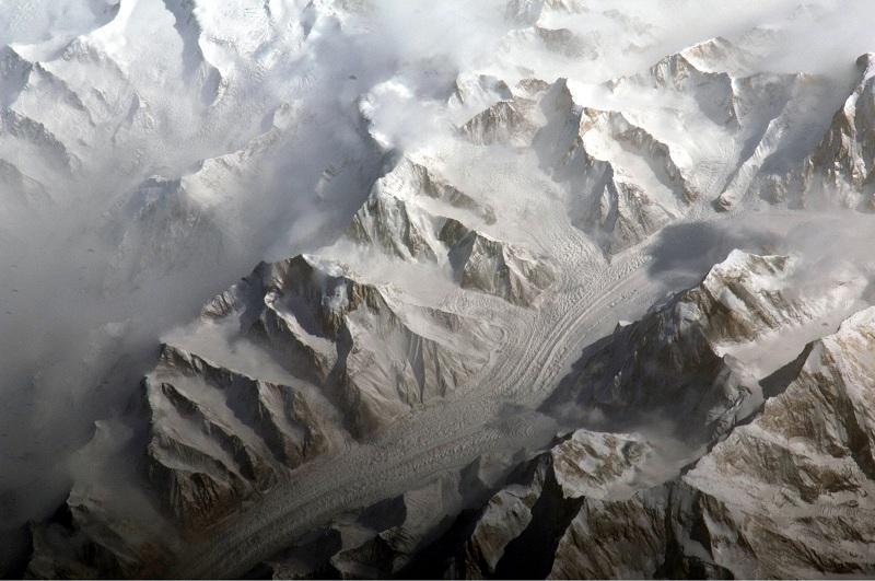 Из-за снега в горах Тянь-Шаня вертолет не может вылететь на поиски альпинистов