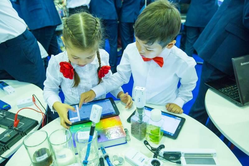 Elordadaǵy kórmede bilim berý salasyndaǵy jańa tehnologııalar kórsetildi