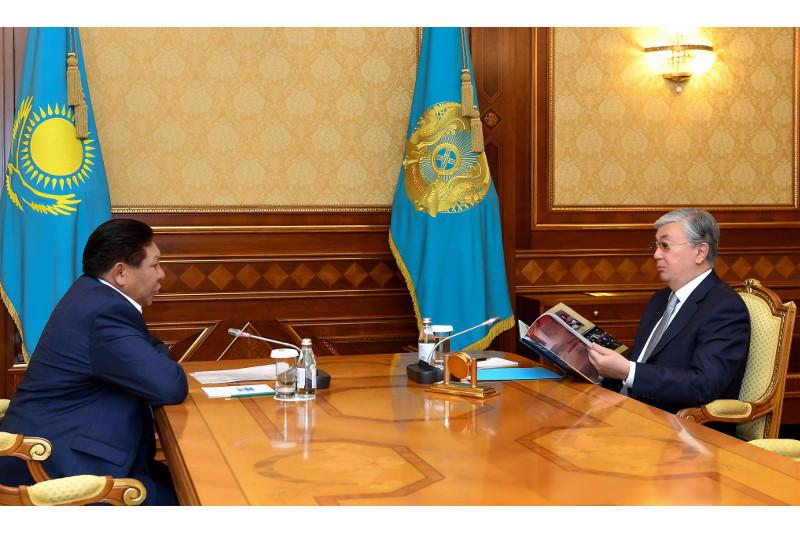 总统接见哈萨克戏剧院艺术总监铁梅诺夫