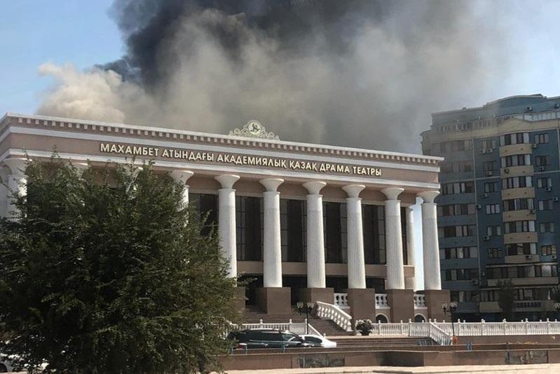 Здание драмтеатра горит в Атырау