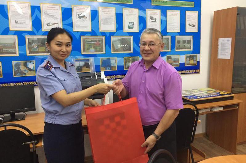 Павлодарским незрячим школьникам осуждённые подарили грифели для чтения и игрушки