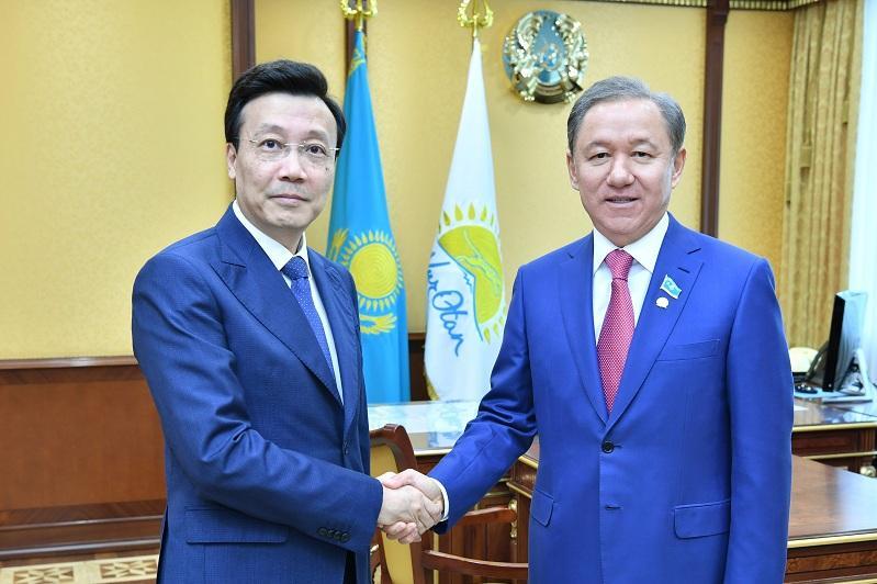 马吉利斯议长会见中国驻哈大使