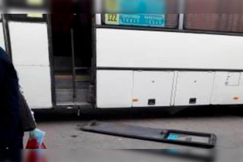 Жолаушылар автобусының есігі қарағандылық әйелдің басына құлады