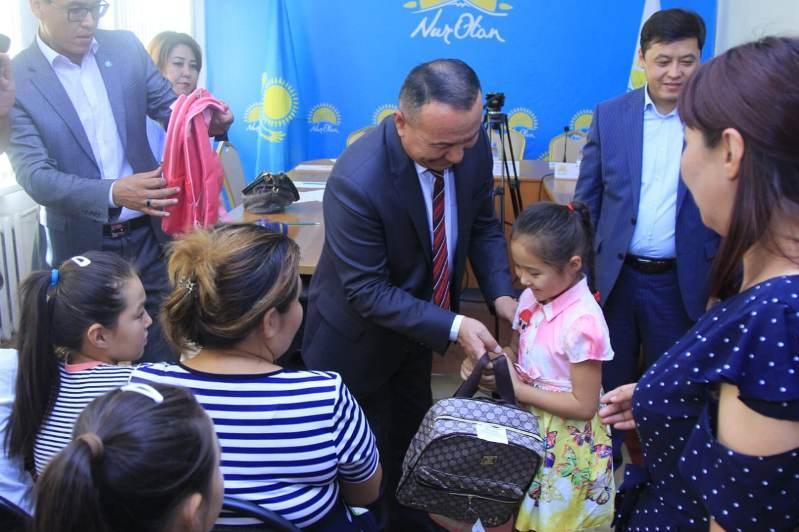«Nur Otan» Түркістан облысында «Мектепке жол» акциясын жалғастыруда