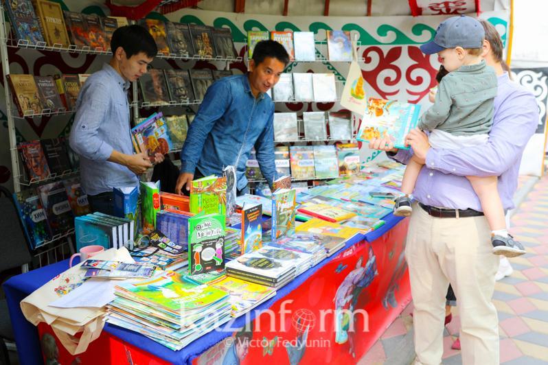 Nur-Sultanda iri kitap festıvali ótip jatyr