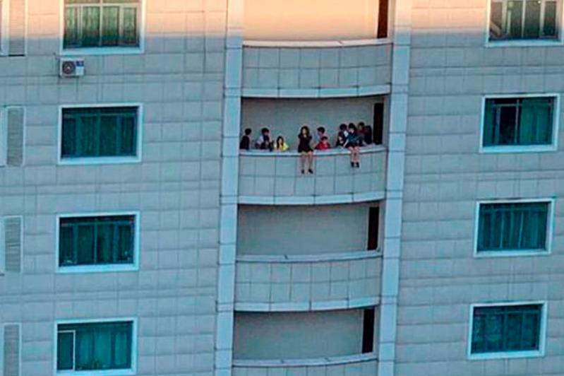 Попустительство взрослых - полиция Алматы о сидящих на краю балкона многоэтажки детях