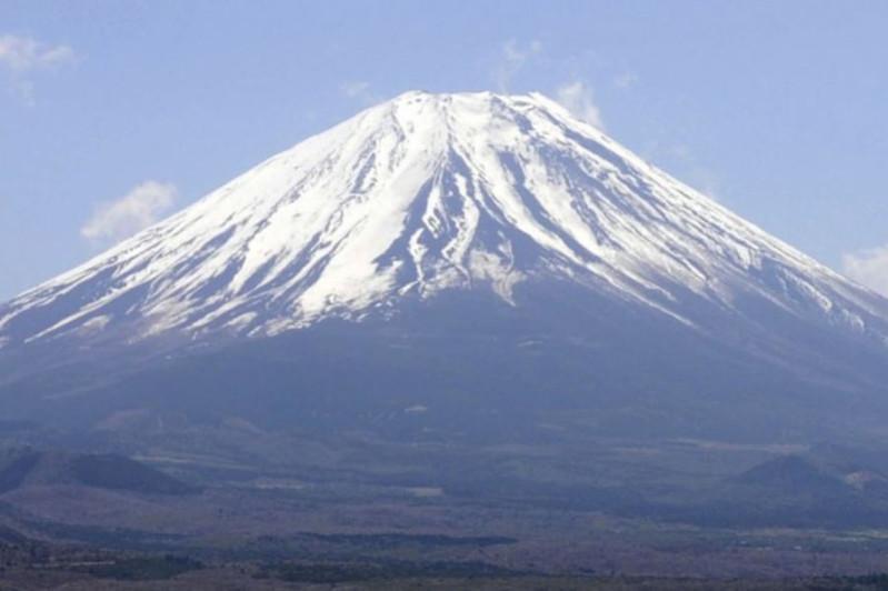 女登山客欲攻顶日本富士山不幸遭落石砸中丧命