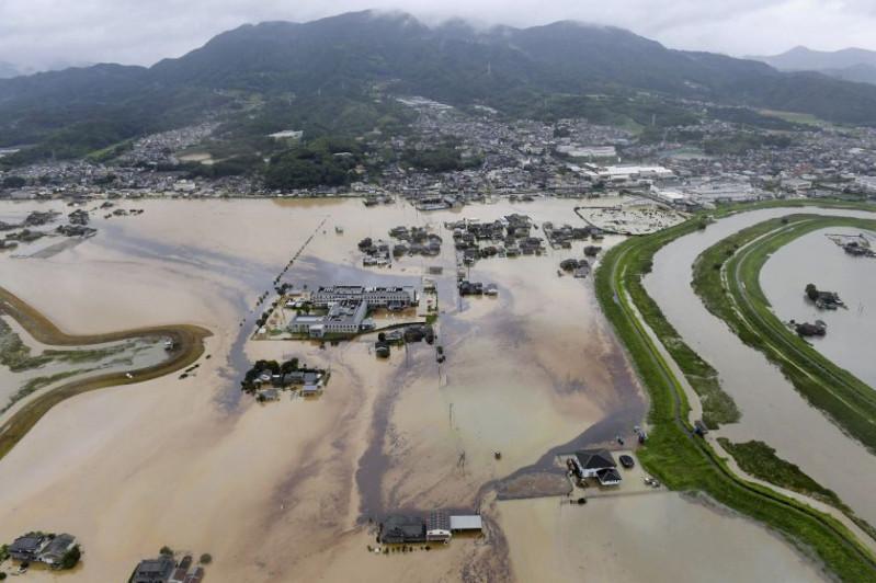 Наводнение в Японии: сотни тысяч человек эвакуированы, один погиб