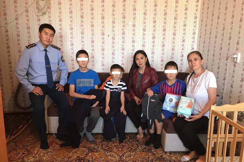 Многодетную семью взяли под опеку костанайские полицейские