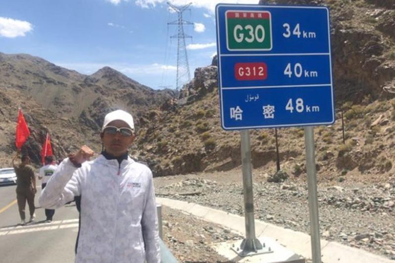 中国哈萨克小伙禁食徒步5000公里抵达上海