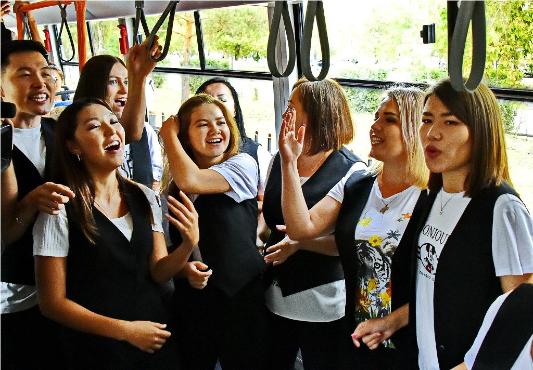 Павлодарлық музыканттарКонституциякүніне орай трамвайда концерт берді