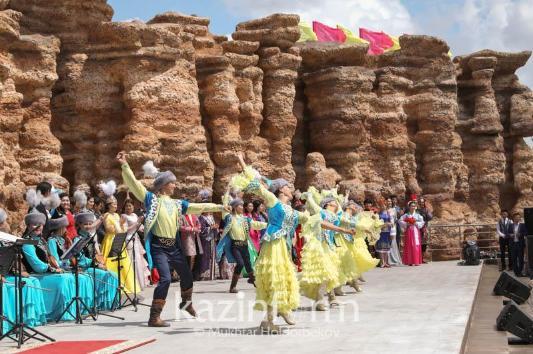 哈萨克斯坦民族和睦大会在首都举行宪法日庆祝活动