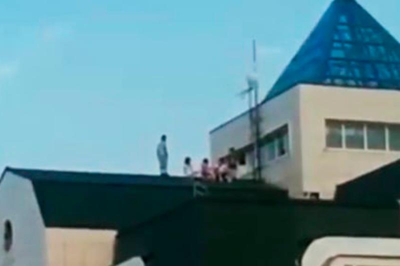 Алматы облысында көпқабатты үйдің шатырында ойнаған балалар табылды