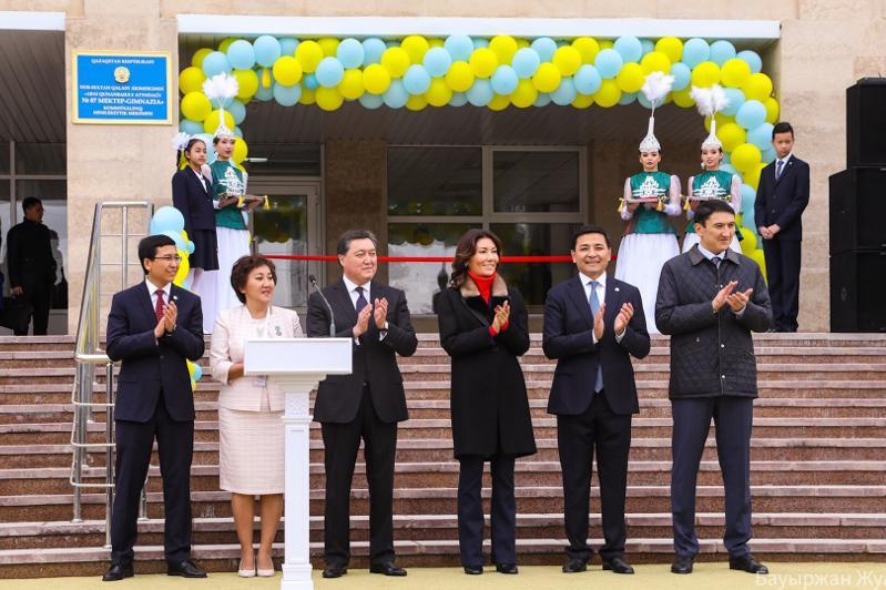 政府总理出席首都阿拜高级中学开学典礼