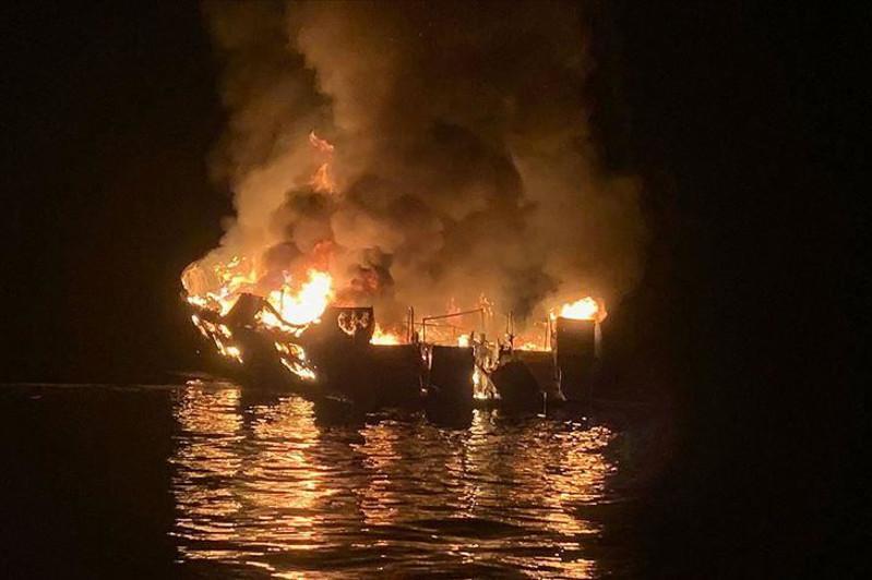 Восемь человек погибли в результате пожара на прогулочном судне в США