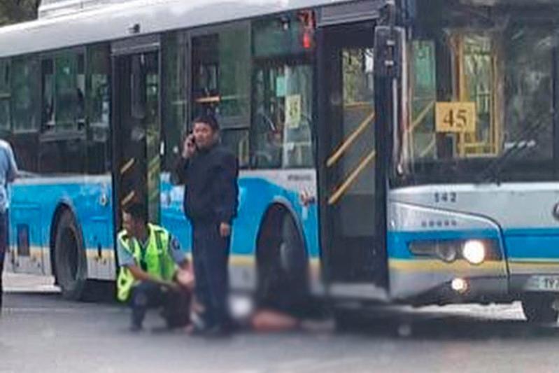Алматыда бойжеткен автобустың астына түсіп қалды