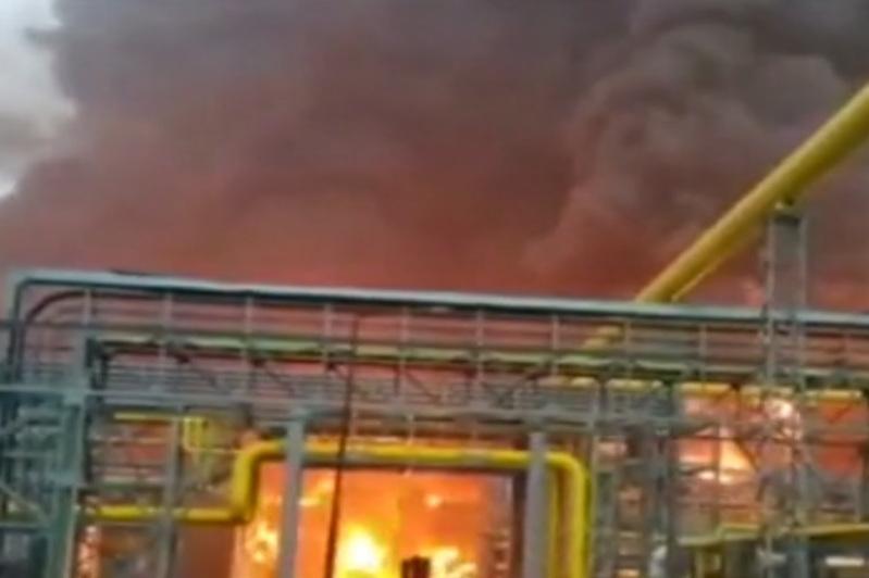 印度新孟买一石油天然气公司起火 致至少7死2伤