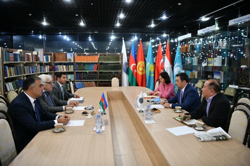 国际突厥学院院长会见阿塞拜疆作家协会主席