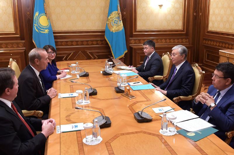 托卡耶夫会见雪佛龙股份有限公司董事会主席