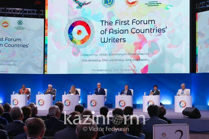 总统:哈萨克斯坦作家作品将以联合国6种工作语言出版