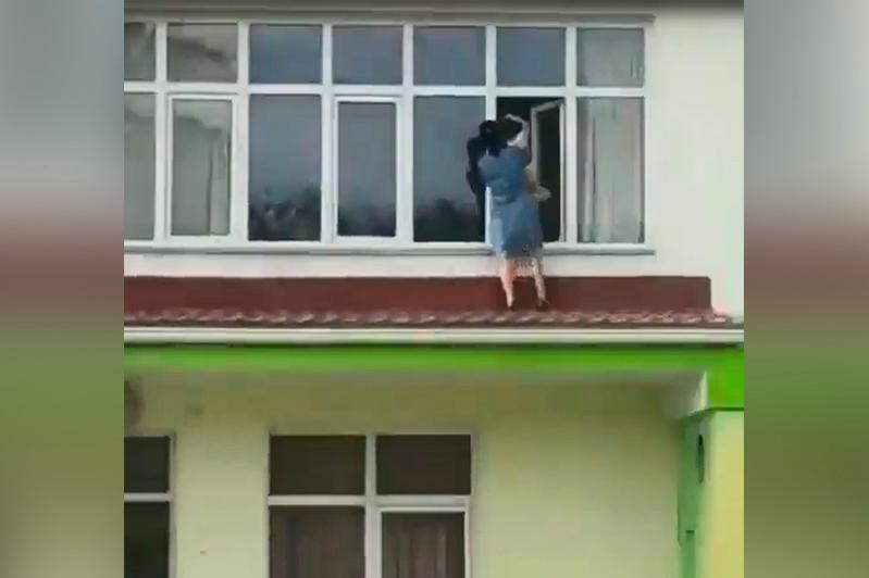 Алматы облысында 4 жастағы бала балабақшаның терезесінен шатырға шығып кетті