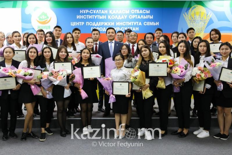 Алтай Көлгінов елордалық 49 жас түлекке білім грантын табыс етті