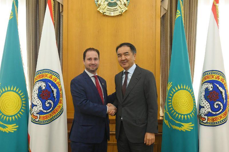 阿拉木图市长会见加拿大驻哈大使