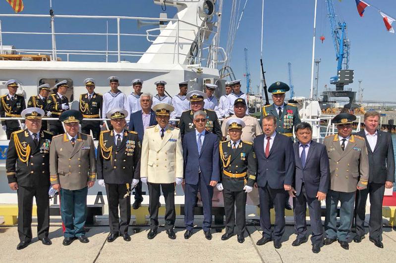 Кәрім Мәсімов Ақтау шекара кемесінің экипажына әскери теңіз туын тапсырды