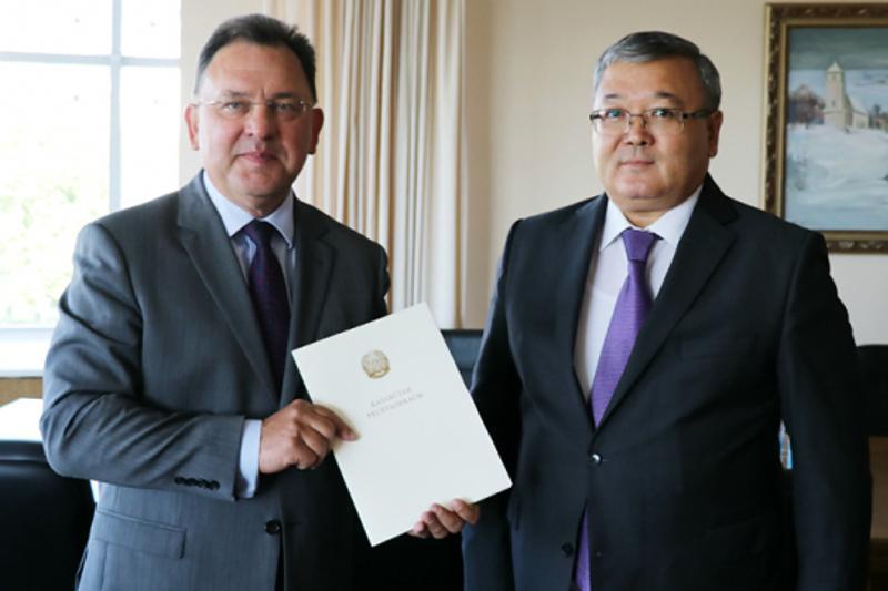 哈萨克斯坦大使向白俄罗斯第一副外长递交国书