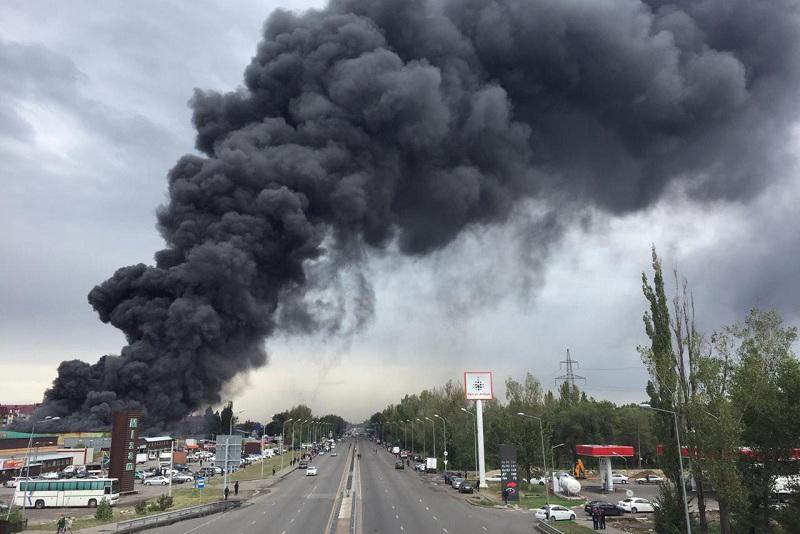 Пожар на барахолке в Алматы: стало известно, что горит на складах