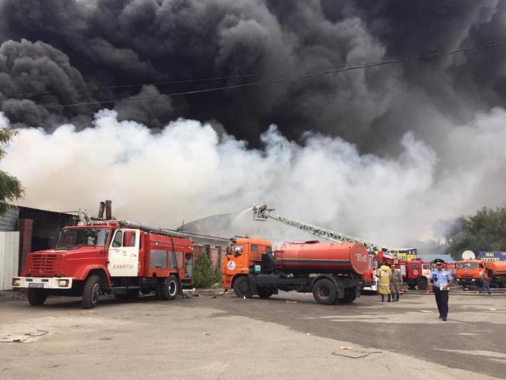 Пожар на складе в районе барахолки в Алматы потушен