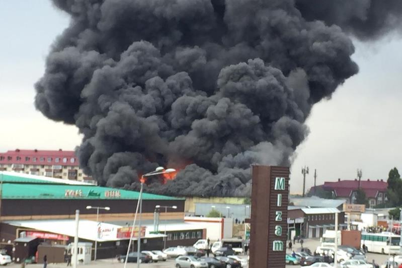 Высокое загрязнение воздуха зафиксировано после крупного пожара на складе в Алматы