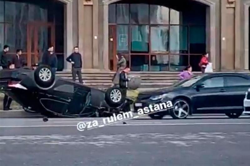 Елордада автомобиль аударылып қалды