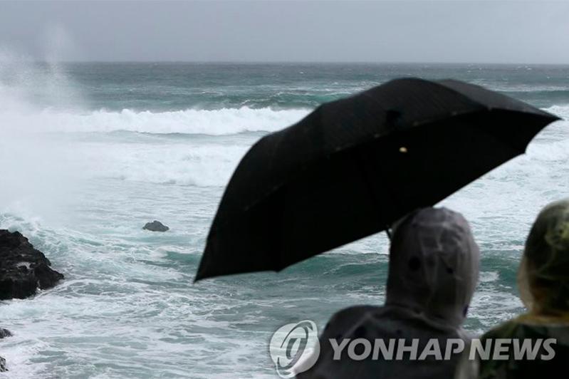 Оңтүстік Кореяда сұрапыл тайфун кесірінен жүзден астам рейс тоқтатылды