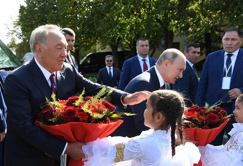 Нурсултан Назарбаев посетил национальный павильон «Казахстан» на ВДНХ