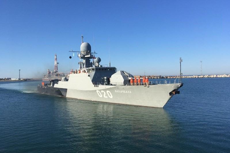 俄海军里海分舰队两艘舰船正在对阿克套港进行友好访问